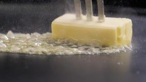 Вилка с маслом на лотке сток-видео