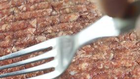 Вилка тратит на сырцовым мясе семенить цыпленком, взгляде сверху съемки конца-вверх акции видеоматериалы