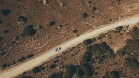 Виллис автомобиля взгляд сверху белый двигая дальше шоссе горы вдоль глуши сток-видео