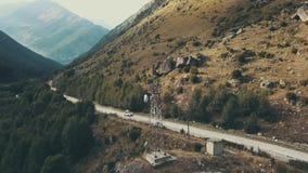 Виллис автомобиля двигая вдоль дороги горы Вождение автомобиля на предпосылке горы видеоматериал