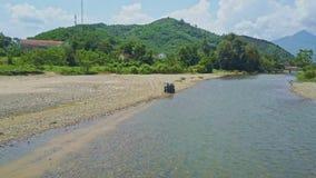 Виллис вида с воздуха пересекает реку и двигает на банк гравия видеоматериал