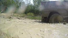 Виллис поддерживает болото автомобиль с дороги Offroader экспедиции Виллиса приключения outdoors Внедорожное перемещение на дорог акции видеоматериалы