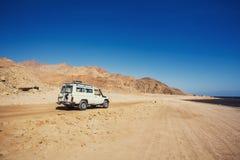 Виллис с дороги в пустыне горы Стоковые Изображения