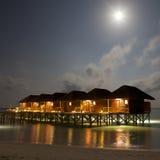 виллы взгляда ночи Мальдивов Стоковые Изображения