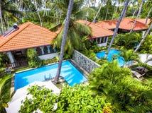 Виллы с бассейнами в тропической гостинице стоковая фотография