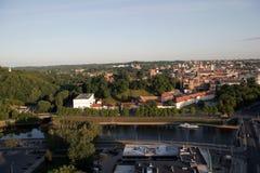 ВИЛЬНЮС: Вид с воздуха городка Вильнюса старого, реки Neris в Вильнюсе, Литве Стоковые Изображения RF