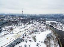 Вильнюс, Литва: воздушное взгляд сверху реки Neris, парк Vingis и ТВ возвышаются в зиме Стоковое Изображение