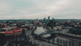 Вильнюс, Литва, воздушный взгляд промежутка времени к Neris и современная часть города выше башня замка Gediminas сток-видео