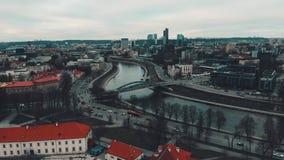 Вильнюс, Литва, воздушный взгляд промежутка времени к Neris и современная часть города выше башня замка Gediminas акции видеоматериалы