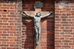 Вильнюс, Литва - 19-ое августа 2017: Распятие Иисуса Христоса на кирпичной стене католической церкви St Anne в Вильнюсе Стоковое Фото