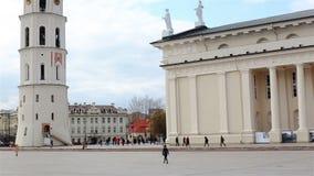 Вильнюс, Литва - 11-ое апреля 2019: Квадрат собора с колокольней сток-видео