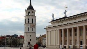 Вильнюс, Литва - 11-ое апреля 2019: Квадрат собора с колокольней акции видеоматериалы