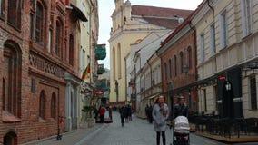 Вильнюс, Литва - 11-ое апреля 2019: Туристы и местные жители на улицах старого городка Вильнюса сток-видео