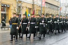 ВИЛЬНЮС, ЛИТВА - 11-ОЕ МАРТА 2017: Праздничный парад по мере того как Литва отметила 27th годовщину своего восстановления независ Стоковое фото RF