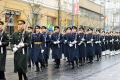 ВИЛЬНЮС, ЛИТВА - 11-ОЕ МАРТА 2017: Праздничный парад по мере того как Литва отметила 27th годовщину своего восстановления независ Стоковые Фотографии RF