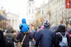 ВИЛЬНЮС, ЛИТВА - 11-ОЕ МАРТА 2017: Принимать людей праздничные события по мере того как Литва отметила 27th годовщину своего inde Стоковое Изображение RF