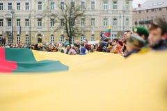 ВИЛЬНЮС, ЛИТВА - 11-ОЕ МАРТА 2017: Принимать людей праздничные события по мере того как Литва отметила 27th годовщину своего inde Стоковая Фотография