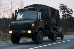 ВИЛЬНЮС, ЛИТВА - 11-ОЕ НОЯБРЯ 2017: Литовские приводы обоза армии на шоссе Стоковые Изображения RF