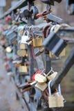 ВИЛЬНЮС, ЛИТВА - 2-ОЕ ЯНВАРЯ 2017: Влюбленность padlocks на мосте над рекой Vilnia в Uzupis Стоковые Изображения RF