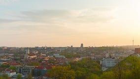 Вильнюс, Литва - около май 2018: Заход солнца над старым городком, панорамный промежуток времени сток-видео