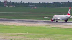 Вильнюс, Литва - около май 2018: Самолет ускоряет ход и принимает  акции видеоматериалы