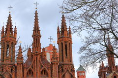 ВИЛЬНЮС, ЛИТВА: Шпили церков ` s St Anne и церков Bernardine на заднем плане Стоковые Изображения