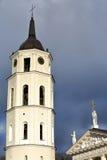 ВИЛЬНЮС, ЛИТВА - 3-ЬЕ ЯНВАРЯ 2017: Башня с часами собора колокольни и собор на соборе придают квадратную форму с бурным небом Стоковое Изображение RF