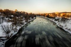 ВИЛЬНЮС, ЛИТВА - JAUNUARY 18, 2014: Река Neris и холодная зима Стоковые Фотографии RF