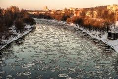 ВИЛЬНЮС, ЛИТВА - JAUNUARY 18, 2014: Река Neris и холодный зимний день с льдом в воде и снеге Стоковые Изображения