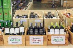 Вина в стеклянных бутылках от много стран в деревянных клетях для Стоковые Изображения