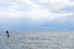 Виндсерфинг на бурный день Стоковая Фотография
