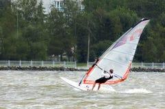 Виндсерфинг на море с сильным ветером стоковая фотография rf