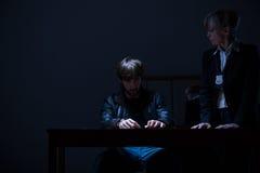 Виновные человек и женщина-полицейский Стоковое фото RF