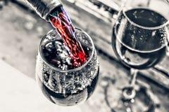 винограда вино Вино рождества Рождество, падая снег, золотые снежинки Новый Год Стоковые Изображения