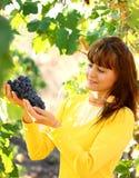 Виноградина удерживания женщины в винограднике Стоковое Изображение RF