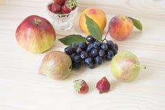Виноградины, груши, персики - плодоовощи на таблице Стоковое Фото