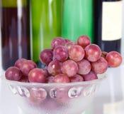 Виноградины и бутылка красного вина Стоковые Изображения RF