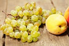 Виноградины и персики Стоковое Изображение
