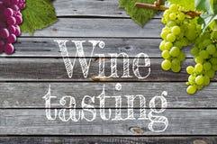 Виноградины на виноградном вине с деревянной предпосылкой стоковая фотография