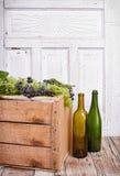 Виноградины на деревянной клети стоковые изображения rf