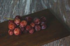 Виноградины на таблице стоковое изображение rf