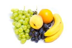 Виноградины, персики, бананы и апельсин Стоковые Фотографии RF