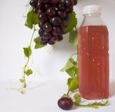 виноградины предпосылки белые Связка винограда Бутылка с соком Стоковые Изображения