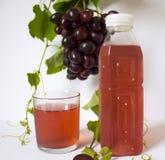 виноградины предпосылки белые Связка винограда виноградины, листья зеленого цвета голубые темные виноградины сок бутылки Стоковая Фотография RF