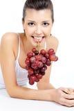 виноградины пука ее женщина зубов удерживания Стоковое Изображение RF