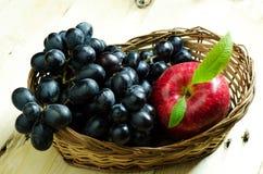 виноградины яблок черные стоковые фотографии rf