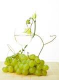 Виноградное вино, зеленые виноградины и стекло вина Стоковое Изображение RF