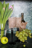 Виноградина бутылочного зеленого вина на предпосылке Стоковое Изображение RF