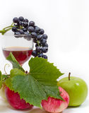 Виноградины, бокал вина и яблоки Стоковые Изображения RF
