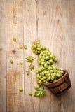 Виноградины в корзине на деревянной доске Стоковое Изображение